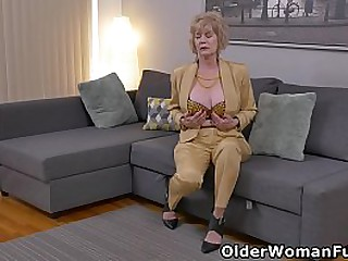 American granny Sindee Dix takes off her clothes and goes to town on her shaven pussy (now available in Full HD 1080P). Bonus video: USA granny Phoenix Skye.